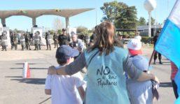 zzzznacp2NOTICIAS ARGENTINAS GUALEGUAYCHU, OCTUBRE 6: Ambientalistas y vecinos de la ciudad iniciaron esta tarde una protesta contra Uruguay por autorizar el aumento de la producción anual de la pastera UPM (ex Botnia), con una caravana de automóviles hacia Fray Bentos. Foto NA: RICARDO SANTELLANzzzz